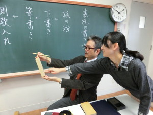 書式研究の授業(表札書き)  気になるところを先生に尋ねます