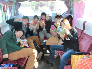 バスの中でもお菓子は手放せません(笑)