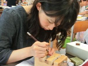 印刀で石を彫ります(篆刻)