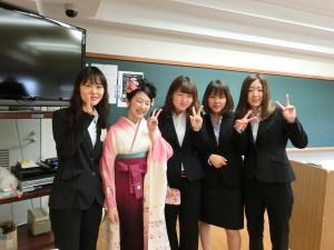 卒業式前に友達と記念撮影