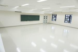 横に広い教室(前方)