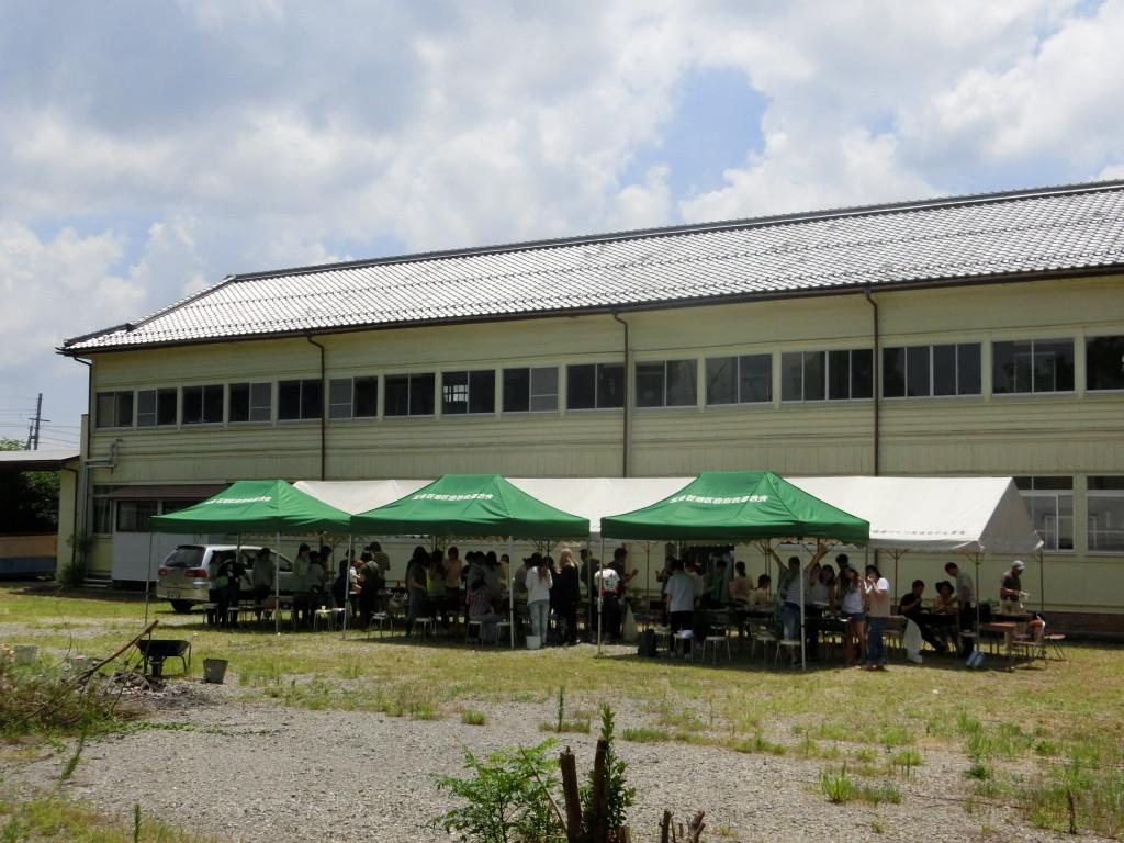旧校舎のグラウンドにテントを建てBBQ
