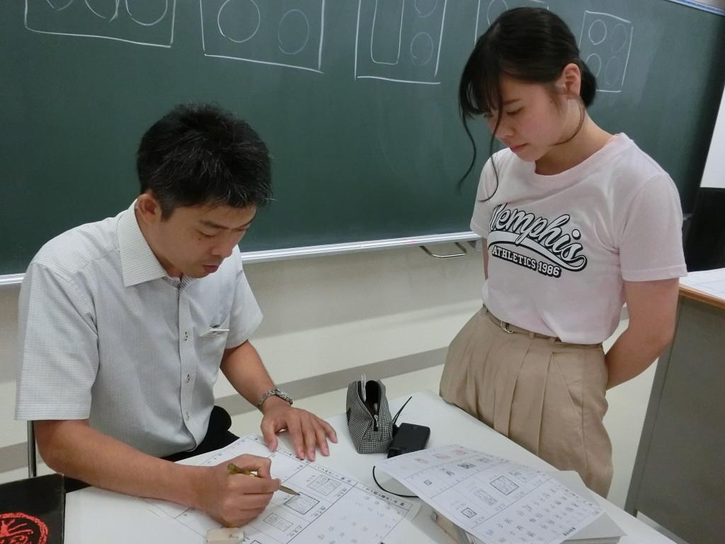 文字のレイアウトを先生に見てもらっています(篆刻)