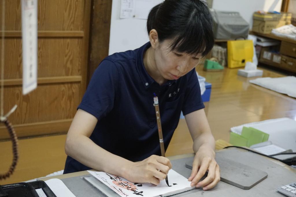 卒業生が御朱印帳を書いています(東大寺)