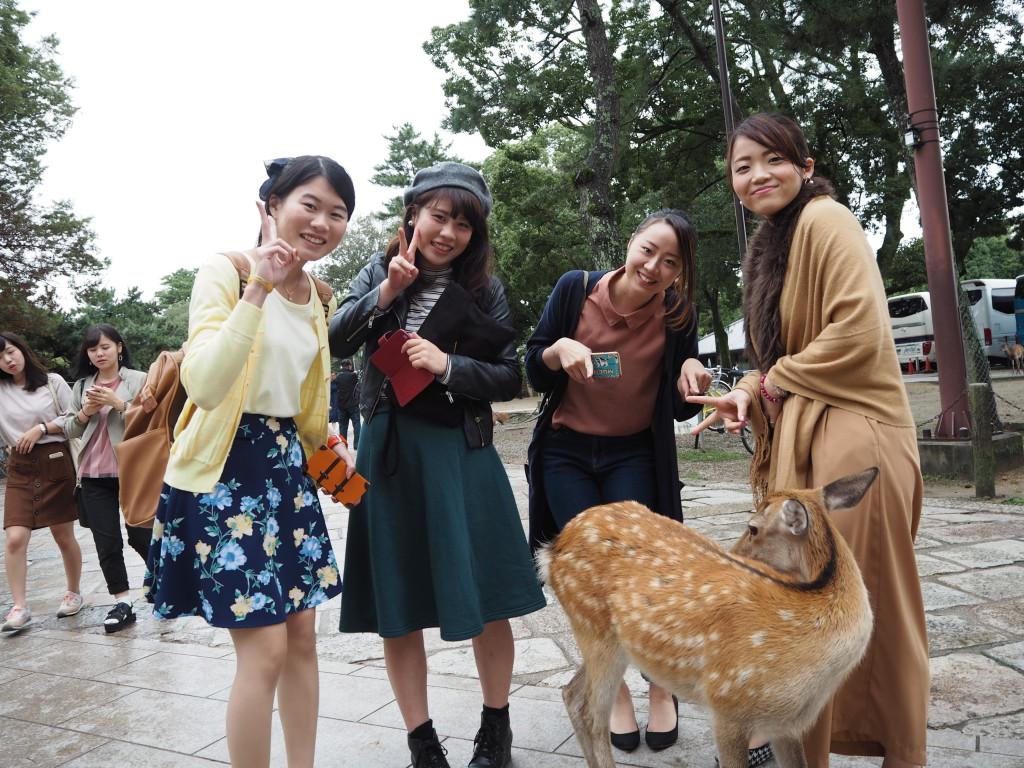 鹿と一緒に「はいチーズ!」(東大寺)