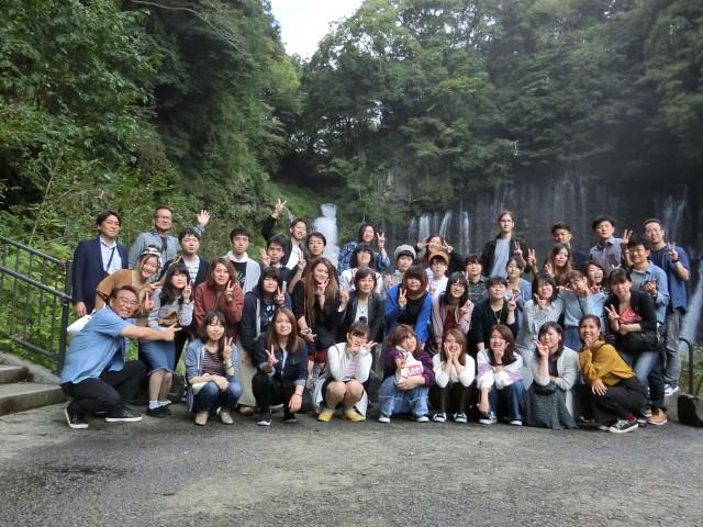 白糸の滝にて集合写真。楽しい思い出です。