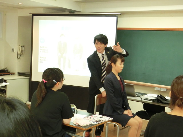 スーツの着こなし講座 きれいに見える座り方も学びました