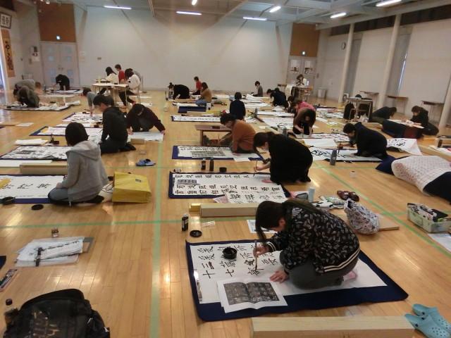 広い部屋で、みんな集中して書きます