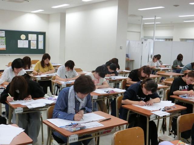 試験スタート 午前中は硬筆です